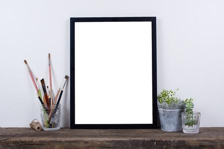 스칸디나비아 스타일 빈 사진 포스터 프레임은 최대 조롱. 흰 벽 배경으로 소박한 나무 보드에 최소한의 홈 장식. 스톡 콘텐츠