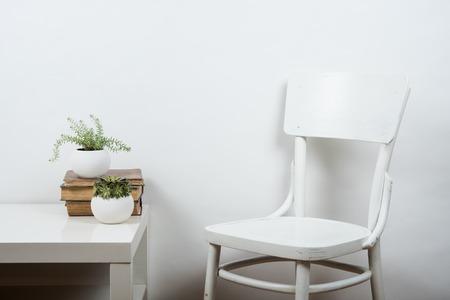 白い椅子と空の壁の背景は、部屋内部の壁アート ポスター モックアップ