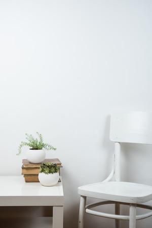 Witte stoel en lege muur achtergrond, ruimte onder de muur kunstposter mock up Stockfoto