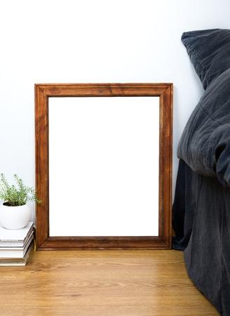 arte moderno: Marco vacío de cosecha de madera en blanco en un piso, dormitorios casa de decoración interior, la pintura de cartel del arte maqueta Foto de archivo