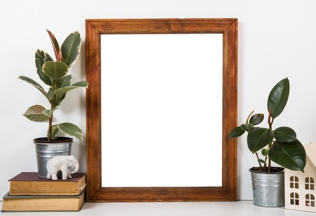 Styled tafelblad, leeg frame, schilderkunst poster interieur mock-up geïsoleerde close-up Stockfoto