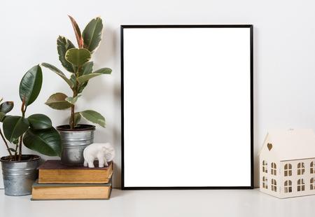 Styled Tischplatte, leeren Rahmen, Malerei, Kunst Poster Innen Mock-up isoliert Nahaufnahme Standard-Bild - 60728715