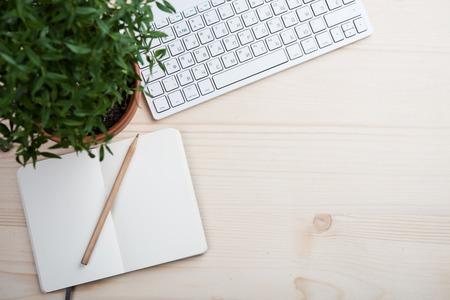 스타일 된 탁상, hipster 작업 영역, 흰색 컴퓨터 키보드 및 office 개체, 복사본 공간 작업 책상 상위 뷰