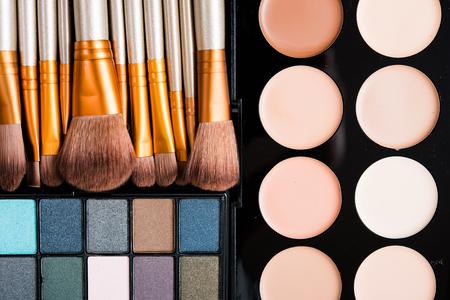 Professionele make-upborstels en hulpmiddeleninzameling, make-upproducten op zwarte lijstachtergrond die worden geplaatst. Stockfoto