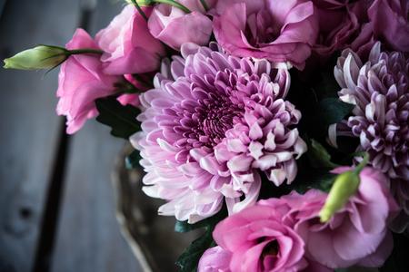 arreglo floral: Ramo de flores de color rosa de cerca, eustoma y el crisantemo, la decoración floral elegante de la vendimia