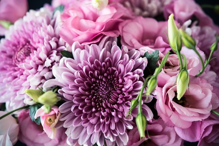 Boeket van roze bloemen close-up, eustoma en chrysant, elegante vintage bloemen decor