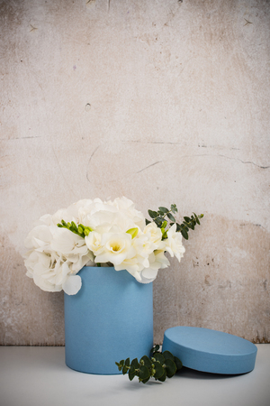 arreglo floral: Ramo de hortensias blancas en caja azul redondo, estilo de la postal de la vendimia