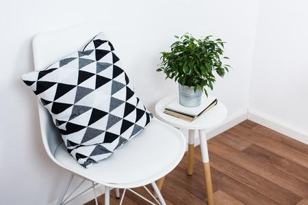 Escandinavo decoración interior de una casa, objetos de decoración y muebles simples, cuarto blanco minimalista