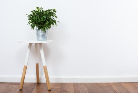 Skandynawski wystrój domu, proste obiekty wystrój i meble, minimalistyczny biały pokój