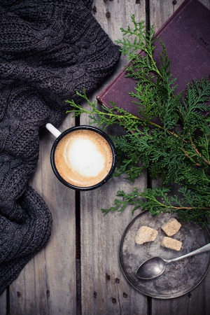 arbol de cafe: Cozy winter decoration, branch of spruce, warm sweater and a cup of coffee with sugar on old vintage wooden board