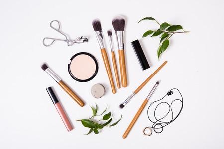 Brosses professionnelles de maquillage et des outils, produits de maquillage kit, flatlay sur fond blanc Banque d'images - 68889167