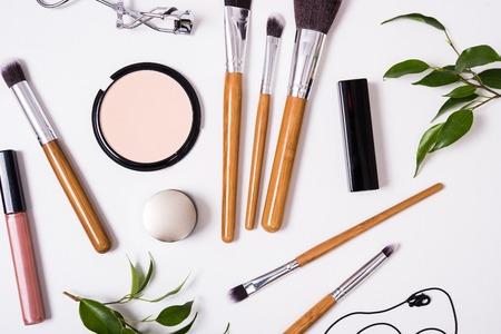 Brosses professionnelles de maquillage et des outils, produits de maquillage kit, flatlay sur fond blanc Banque d'images - 68889169