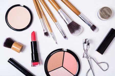 brosses professionnelles de maquillage et des outils, produits de maquillage kit, flatlay sur fond blanc