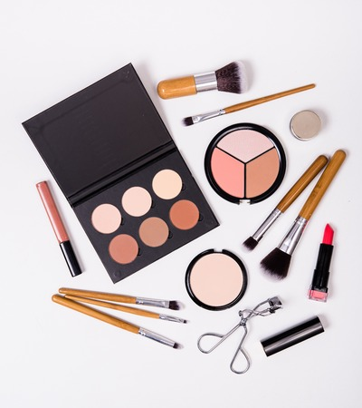 cepillos profesionales del maquillaje y herramientas, kit de maquillaje, productos flatlay en el fondo blanco