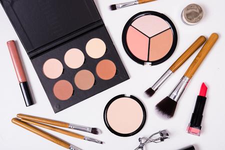 Professionele make-up kwasten en hulpmiddelen, make-up producten kit, flatlay op een witte achtergrond