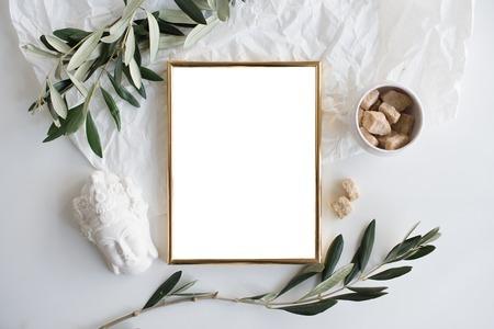 Goldener Rahmen Mock-up auf weißem Tisch Standard-Bild - 73245999