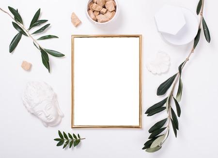 白いテーブルの上のゴールデン フレーム モックアップ