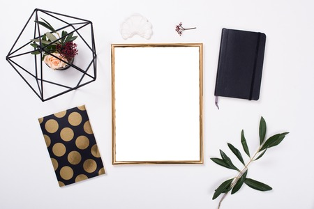 Golden frame mock-up su tavolo bianco Archivio Fotografico - 73246011