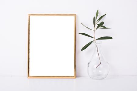 Goldener Rahmen Mock-up auf weiße Wand Standard-Bild - 73246048