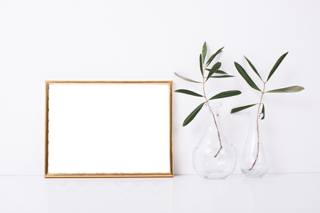 Goldener Rahmen Mock-up auf weiße Wand Standard-Bild - 73246050