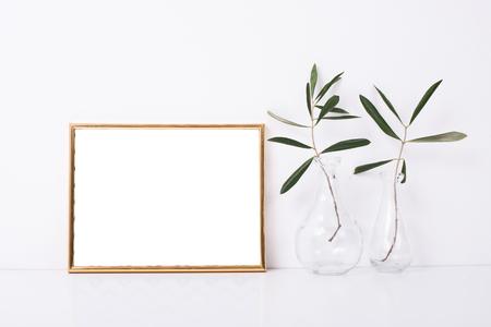 Maquette de cadre d'or sur le mur blanc Banque d'images