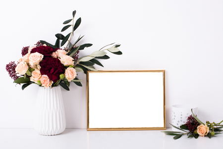 Goldener Rahmen Mock-up auf weiße Wand Standard-Bild - 73246022