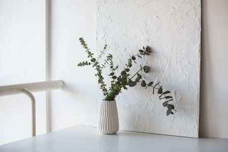 흰색 방에 테이블에 꽃병에 지점