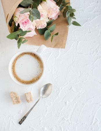 arreglo floral: Romántico femenino de fondo con café y rosas