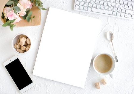 kobiece tle z kawy, smartphote, róż i magazynu
