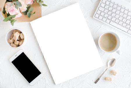 Contexte féminin avec café, smartphote, roses et magazine Banque d'images - 75045542