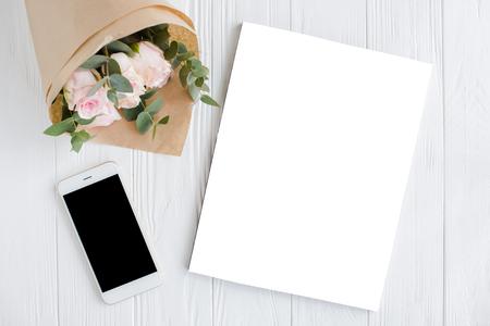 Contexte féminin avec smartphote, roses et couverture magazine Banque d'images - 75045546