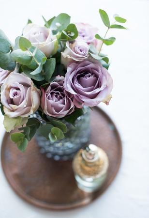 トレイ cl の花瓶でパステル調の紫、藤色の色新鮮な夏のバラ