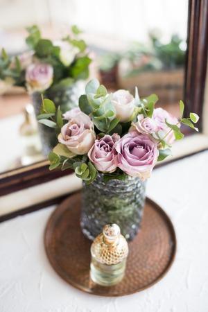 花瓶、香水 th で紫、藤色の色新鮮な夏のバラ 写真素材