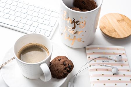 아침 식사 테이블, 아침 식사에 초콜릿 쿠키의 커피와 항아리 한잔