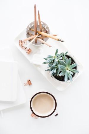 bureau bureau plat poser avec café, bloc-notes et plantes succulentes, propre