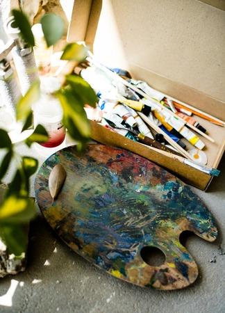 Palette of mixed paints in artist's studio, painters workshop details close-up 版權商用圖片 - 122584624