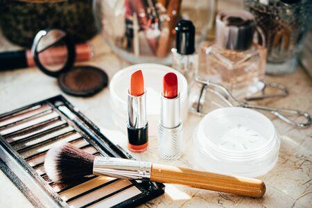 De vrais outils et accessoires de maquillage professionnels, des pinceaux et des rouges à lèvres sur la table de l'artiste en gros plan Banque d'images