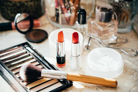 Herramientas y accesorios de maquillaje profesional real, pinceles y lápices labiales en primer plano de la mesa del artista Foto de archivo