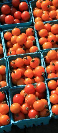 農民市場での青のボックスで、赤のチェリー トマト 写真素材
