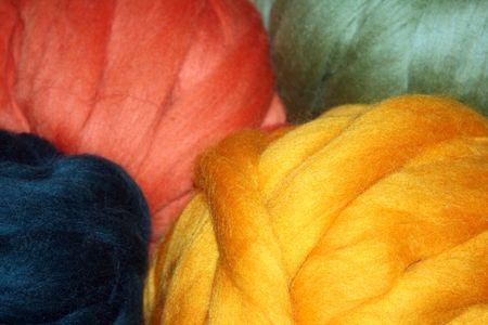 kleurrijke ballen van wol roving, klaar om te worden gesponnen tot garen