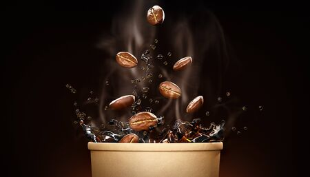 Hot takeway espresso morning coffee in cardboard paper cup. Coffee to go fragrant drink splashes with falling down coffee beans and steam on black background. Banner design 3d rendered illustration. Banque d'images
