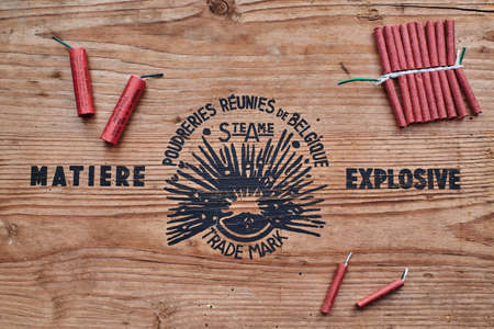 Red firecrackers on a wooden explosive sign. Wooden vintage explosive sign with red firecrackers. Archivio Fotografico