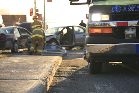 accidente laboral: Una escena del accidente en el camino de un pa�s. Foto de archivo