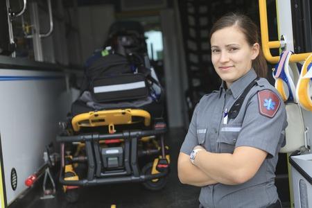 Sanitäter mit Kranken Mitarbeiter im Hintergrund.