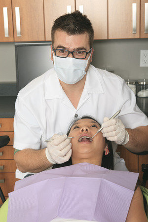 25 29 years: A dental office with employee and client Stock Photo