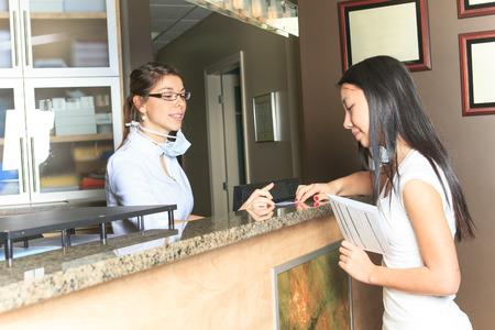 Eine zahnärztliche Hilfe Rezeptionistin Termin beim Zahnarzt Büro