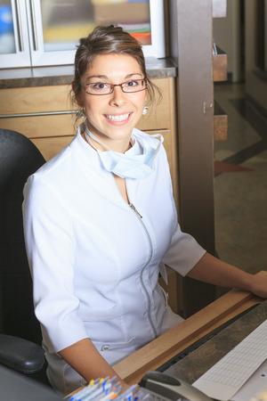recepcionista: Una cita asistencia recepcionista dental en la oficina del dentista