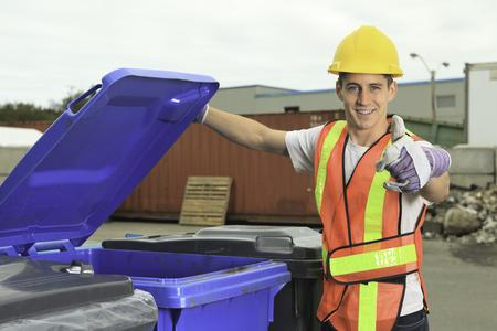 Een werknemer die recycling ding op recycle centrum