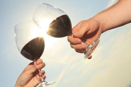 bebiendo vino: Un par de beber una botella de vino tinto fuera Foto de archivo