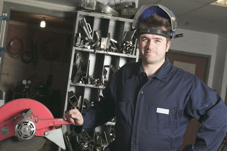 ouvrier: Travailleur avec un masque de protection m�tal de soudure